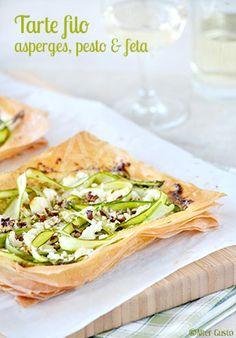 Des feuilles de pâte filo en guise se pâte, tartinées de pesto, avec des rubans d'asperge, un peu de feta émiettée et quelques noix de pécan concassées. Un régal +++, léger, très croustillant et parfumé !