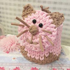 """259 kedvelés, 10 hozzászólás – Vanessa Eduardo (@passa_la_em_casa) Instagram-hozzászólása: """"Acho que vi um gatinho! . . . By @kudryashova.anastasiya . . . . .#inspiration #inspiração…"""" Crochet Case, Crochet Bowl, Crochet Storage, Crochet Gifts, Knit Crochet, Crochet Teddy Bear Pattern, Crochet Patterns, Cotton Cord, Embroidery Stitches Tutorial"""