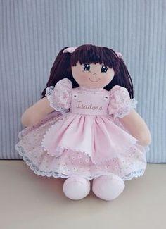 Linda bonequinha, personalizda com o nome da criança, tamanho P (+/- 35cm) para decoração de quarto de bebê, ideal para nichos, corpo em malha de algodão, vestido em tricoline, cabelos em lã, rosto pintado com tinta tinta de tecido.
