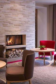 Mit dem Tunnelkamin von BRUNNER lassen sich Gäste empfangen. Im Foyer mittig im Raum platziert, bieten sich Blicke von zwei Seiten auf das Feuer.