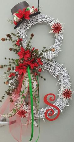 Take a look at these 20 Strikingly Unique Christmas Wreath Ideas.Discover thousands of images about candy cane christmas door hangerKaren Dunaway (The Skinny Gourmet)Adorable Christmas Wreath Ideas For Your Front Door 4230 Most Adorable Christmas Wre Christmas Projects, Holiday Crafts, Christmas Ideas, Christmas Inspiration, Christmas Outfits, Christmas Pictures, Fall Crafts, Diy Wreath, Wreath Ideas