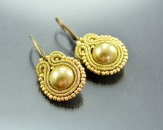 Small Gold Soutache Earrings Pirate's pearls  di OzdobyZiemi