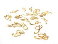 Iniciales doradas en paquete medidas 4.3 cm, A B D C D E F G H I J K L N O P R T U V Y 20 letras. precio paquete $ 45.00, Precio especial a mayoristas.