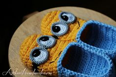 Minion slippers pattern by AtelierHandmadecom on Etsy Crochet For Kids, Crochet Baby, Knit Crochet, Free Crochet, Cute Slippers, Crochet Slippers, Yarn Projects, Crochet Projects, Minion Crochet