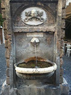 Existem muitos nasones espalhados pela cidade, um mais charmoso que o outro. Este fica perto do Vaticano. #roma #rome #receitaitaliana #receitas #receita #recipe #ricetta #cibo #culinaria #italia #italy #cozinha #belezza #beleza #viagem #travel #beauty #nasone #fonte #fontana #fountain #charme #charm