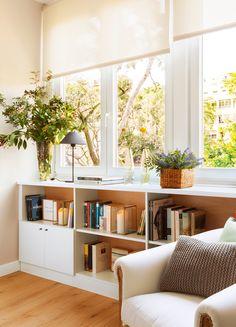 Mueble bajoventana con baldas abiertas y armario cerrado, butaca y estores 00406034