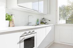 Kaunis valkoinen koti Turussa. Inarian liukuovikaapisto keittiön yläkaappina. #valkoinen #keittiö #liukuovet #keittiökaapit Natural Kitchen, Double Vanity, Kitchen Dining, Bathroom, Koti, Modern, Kitchen Inspiration, Photos, Washroom