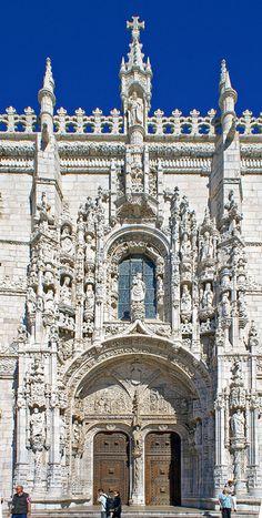 El Monasterio de los Jerónimos (Mosteiro dos Jerónimos, pronunciación portuguesa: está situado cerca de la orilla de la parroquia de Belém, en el municipio de Lisboa, Portugal. El monasterio es uno de los monumentos más destacados de la arquitectura de estilo manuelino (gótico tardío portugués) en Lisboa, clasificados en 1983 como Patrimonio de la Humanidad por la UNESCO, junto con la cercana Torre de Belém.