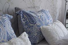 Cozy bedroom in Syyskuun kuudes - white and grey textiles