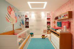 Fugindo aos tradicionais tons pastéis, a arquiteta Nayara Macedo adotou muitas cores no quarto que servem tanto para menino quanto para menina