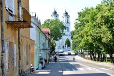 Nad rzeką Marychą, która stanowi lewy dopływ Czarnej Hańczy znajdziemy Sejny. To kolejne miasto z bardzo bogatą historią, dziś polsko-litewskie, przed wojną również żydowskie. Sejny mają zaledwie sześć tysięcy mieszkańców, z czego znaczną część stanowią Litwini. Stąd mamy już tylko 12 km do przejścia granicznego w Ogrodnikach. Wśród ciekawych zabytków na pierwszy plan wysuwa się podominikański zespół klasztorny z XVII wieku, który jest najważniejszym tutejszym zabytkiem. Jest też świątynia…