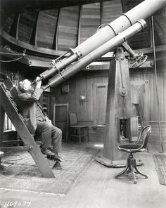 engineeringhistory:  Elihu Thomson looking through a telescope. Thomson was chief engineer of General Electric in the 1890s and an early pio...
