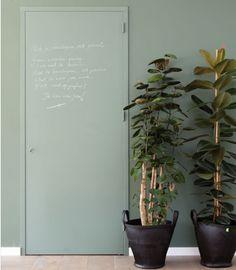De meterkast, trapkast of gangkast, vaak zit er een lelijke deur voor. Maak er een pareltje van door deze in dezelfde kleur als de muur te schilderen. Extra leuk als je schoolbordverf gebruikt!