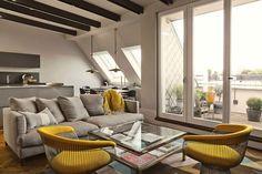 La ristrutturazione di un loft con spazi collegati visivamente, tanta luce naturale e un arredamento con tocchi di giallo.