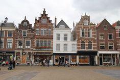 Delft, winkeltjes aan de Markt en gelegen tussen de Nieuwe Kerk en het Stadhuis