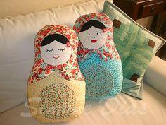 Mais almofadas matrioshka by Simone Dias Artes, via Flickr