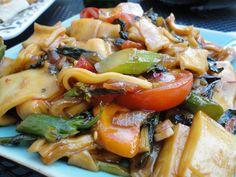 Vegan pad kee mao (Drunken noodles) from the fantastic vegan food blog QUATRE GATS VEGAN KITCHEN. Better than restaurant pad kee mao and easy to make!