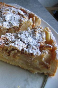 Wenn du Apfelkuchen mal so machst, werden wirklich alle begeistert sein.  Unter der knusprigen Kruste stecken saftige Äpfel.