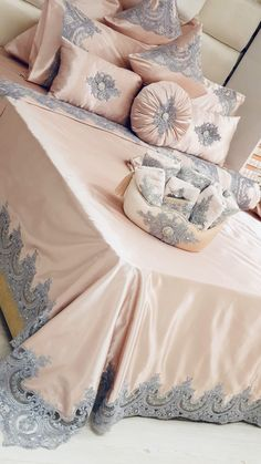 Bed Cover Design, Cushion Cover Designs, Diy Pillow Covers, Bed Covers, Living Room Decor Cozy, Bedroom Decor, Draps Design, Creative Beds, Designer Bed Sheets