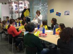La Carmen ens explica que un bolquer està format per molts materials diferents: plàstic, adhesiu, cel·lulosa... #TSC