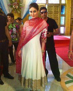 Kareena Kapoor seen in Manish Malhotra's White Anarkali Salwar Kameez. Embellished with golden sequins over the hem while wore a red contrasting dupatta with it. White Anarkali, Anarkali Dress, Anarkali Suits, Sabyasachi Gown, Anarkali Bridal, Patiala Dress, Nikkah Dress, Long Anarkali, Punjabi Suits
