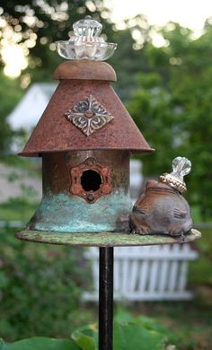 That's so cute I have both bird houses and frogs in my back yard.