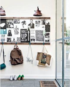 Facile à faire soi-même, 2 tasseaux de bois vieillis encadre une galerie de photos façon moodboard. Et de petites patères sur le tasseau du bas permettent de suspendre les sacs. Mais pas de solution pour les chaussures...