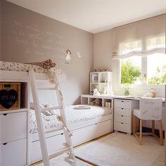 Habitación infantil con litera y zona de escritorio