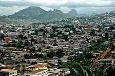 Afrika blijft de tweede snelst groeiende economie ter wereld. Het continent verstedelijkt ongezien snel, maar lijkt de stadsuitbreiding niet onder controle te hebben. Ondanks een onzeker economisch klimaat, zegt Ban Ki-Moon, secretaris-generaal van de VN, dat de vooruitzichten positief zijnvoorAfrika.