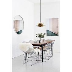 Wire Chair als Highlight im stilvollen Esszimmer - mit Schafsfell am Holztisch - minimalistisch - Blickfang