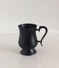 Tazza vintage in peltro laccato nero. H.cm.11,5x12.