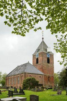 Alleen de losstaande toren van dit ensemble is eigendom van de Stichting Oude Groninger Kerken. Deze toren dateert uit de 13e eeuw | Uitwierde | Groningen
