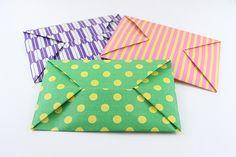 1分ぐらいで折れる超簡単《折り紙》封筒! 使う折り紙の模様や厚さなどで色々なタイプの封筒が作れます。簡単で便利なのでぜひ作ってみてください。これをもらうと小学校、保育園や幼稚園のお子様だけでなく大人もすごく喜びますよ。