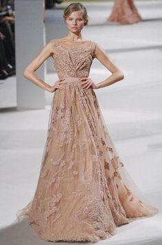 Retrouvez les photos du défilé Elie Saab Haute couture Printemps-été 2011, les meilleurs moments en vidéo, ainsi que les coulisses et les détails du show