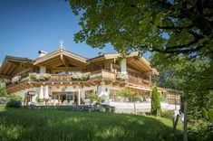 First Kitzbühel – The Real Estate Company – rustic home exterior Country Home Exteriors, Rustic Houses Exterior, Modern Farmhouse Exterior, Chalet House, Cozy House, Restoration House, Colorado Ranch, Rustic Home Design, Cottage In The Woods