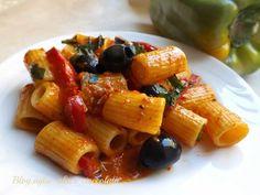 Pasta Peperoni Olive e Tonno - Authentic Italian Wine Recipes, Pasta Recipes, Gourmet Recipes, Cooking Recipes, Italian Main Courses, Rigatoni, Le Diner, Happy Foods, Italian Pasta