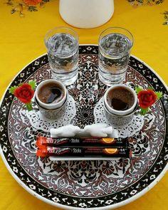 Anneanne yadigarı tabak ile kahve sunumu