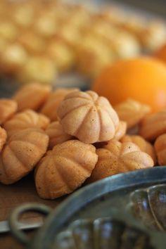 香橙鸡蛋糕(Orange Kuih Bahulu) No Bake Desserts, Baking Desserts, Salted Egg, Asian Desserts, Moon Cake, Sponge Cake, Almond, Deserts, Goodies