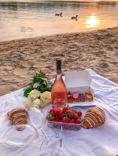 Wine picnic by the lake 🍷💕 Picnic Date, Summer Picnic, Picnic At The Beach, Beach Picnic Foods, Healthy Picnic Foods, Spring Summer, Comida Picnic, Dream Dates, Cute Date Ideas