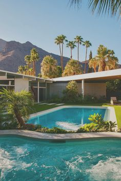 Mid-century architecture: Let's get inspired by the best mid-century modern architecture examples in Palm Springs, California! Modern Exterior, Exterior Design, Residential Architecture, Modern Architecture, California Architecture, Maison Eichler, Bungalow, Villas, Moderne Pools
