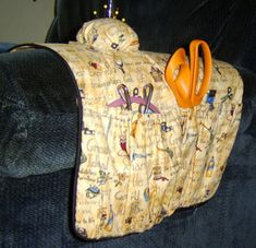 Keep your hand sewing for relaxing and have every thing you need at hand by sewing this handy arm chair sewing organizer. Small Sewing Projects, Sewing Hacks, Sewing Tutorials, Sewing Ideas, Sewing Kits, Sewing Class, Free Sewing, Hand Sewing, Sewing Caddy