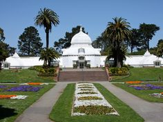Conservatory of Flowers San Francisco This elaborate Victorian greenhouse home to rare and exotic plants was completed in making it the oldest building in Golden Gate Park. Golden Gate Park, San Francisco California, San Francisco Bay, Historical Landmarks, Historical Sites, Historical Architecture, Flowers San Francisco, Bon Plan Voyage, San Fransisco