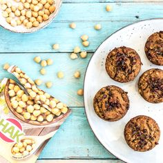Zelf mueslirepen maken is een fluitje van een cent, en ze smaken heerlijk! Havervlokken, dadels, pecannoten, walnoten en pure chocolade: voedzaam en verrukkelijk!