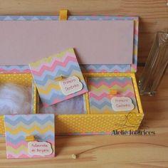 A caixa para guardar as lembranças dos bebê não é uma fofura? ⠀ Contato e encomenda pelo e-mail ola@ateliefofurices.com.br #ateliefofurices #caixa #box #bebe #mamae #maternidade #lembranca #baby #presente #handmade #feitoamao #artesanal #artesanato #bercario #especial