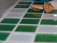 JAK ZA POMOCĄ MOZAIKI SZKLANEJ NIEDROGO ODNOWIĆ ŁAZIENKĘ: Czy można za 300 złotych odnowić 10-letnią łazienkę w bloku? Można, i to bardzo prosto. Cuda działa mozaika szklana, nowa fuga i zwykła emulsyjna farba.