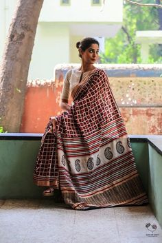Queen of hearts deepa mehta saree Carrying a normal saree in a classy way Fancy Blouse Designs, Saree Blouse Designs, Blouse Patterns, Indian Attire, Indian Ethnic Wear, Saris, Indian Sarees, Silk Sarees, Cotton Saree