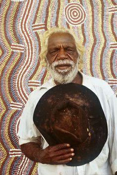 Dinny Nolan Jampitjinpa with his painting Papunya aboriginal comunity NT - Hood Museum of Art Dartmouth College Aboriginal History, Aboriginal Painting, Aboriginal Culture, Aboriginal Artists, Aboriginal People, Dot Painting, Painting Frames, Aboriginal Man, Encaustic Painting