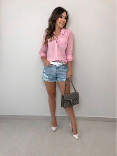 Camisa daiana rosa tops and blouses look com shortinho, looks femininos и l Short Outfits, Chic Outfits, Summer Outfits, Fashion Outfits, Fashion Trends, Jeans Fashion, Casual Xl, Casual Chic, Casual Looks