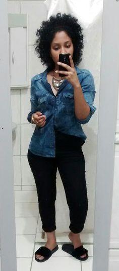 Camisa jeans, calça preta, chinelo slide, chinelo de pelúcia, look do dia, maxi colar