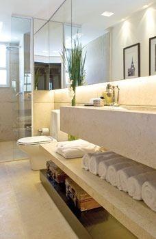 Bancada e paredes e marmore travertino e espelhos. Projeto de Fernanda Marques